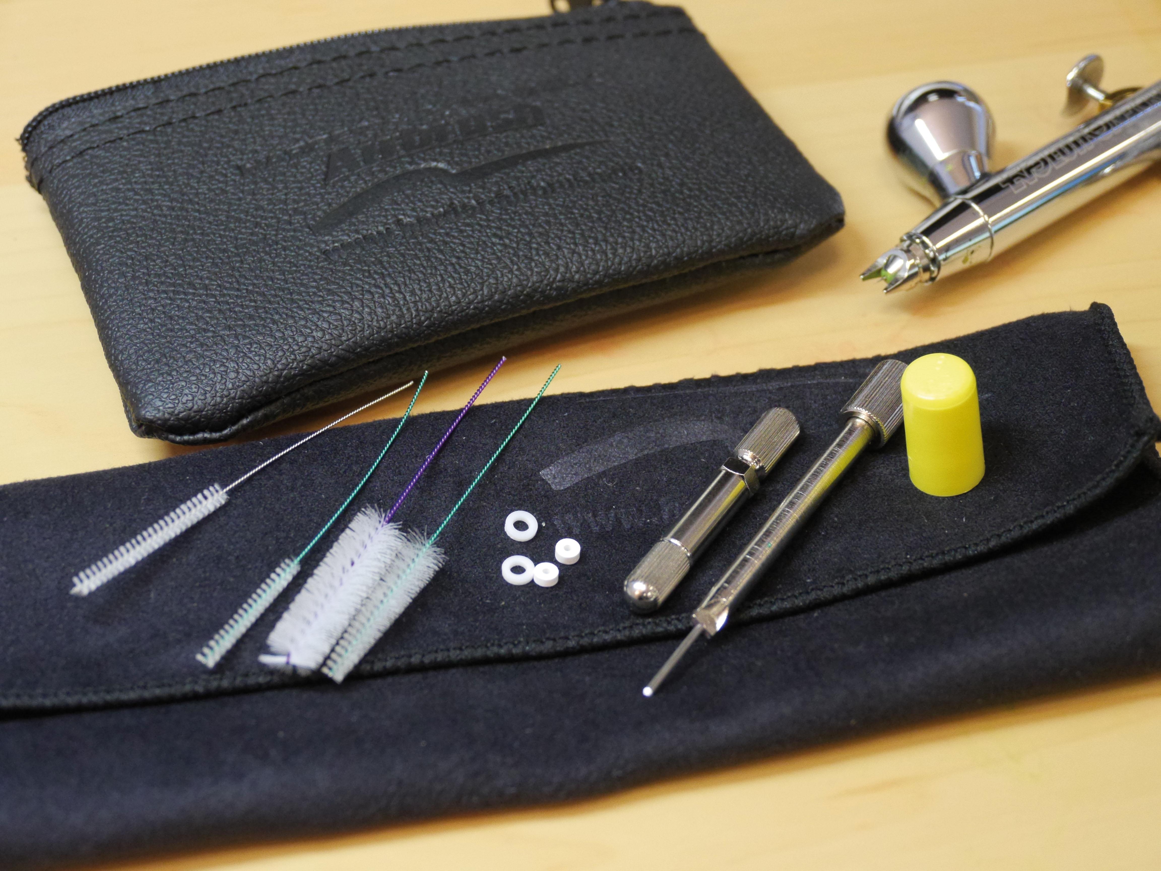 Harder & Steenbeck Service Kit: Werkzeug im praktischen Leder-Etui